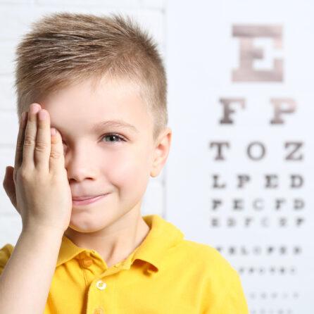 Jak leczyć astygmatyzm u dziecka? Przyczyny, objawy, rodzaje – Kliniki Okulistyczne Optegra